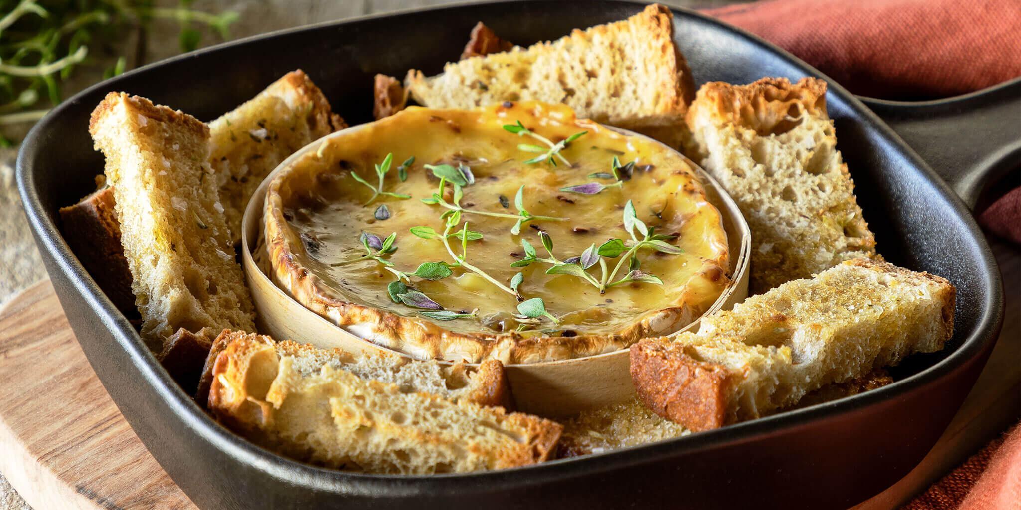 Queijo <em>Camembert</em> no forno com torradinhas de ervas e azeite