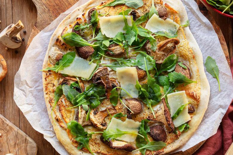 <em>Pizza</em> de Cogumelos, Ricota e Rúcula